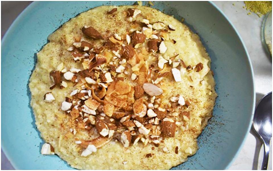 Χυλός από κεχρί με γάλα καρύδας, μέλι και ξηρούς καρπούς.