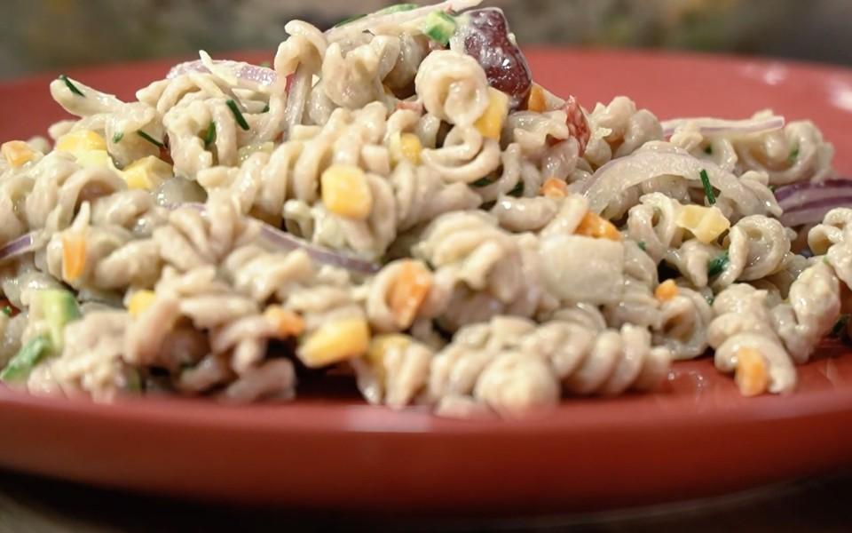 Μακαρονοσαλάτα με λαχανικά και σάλτσα αβοκάντο